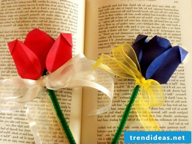 Bookmarks make flowers from paper