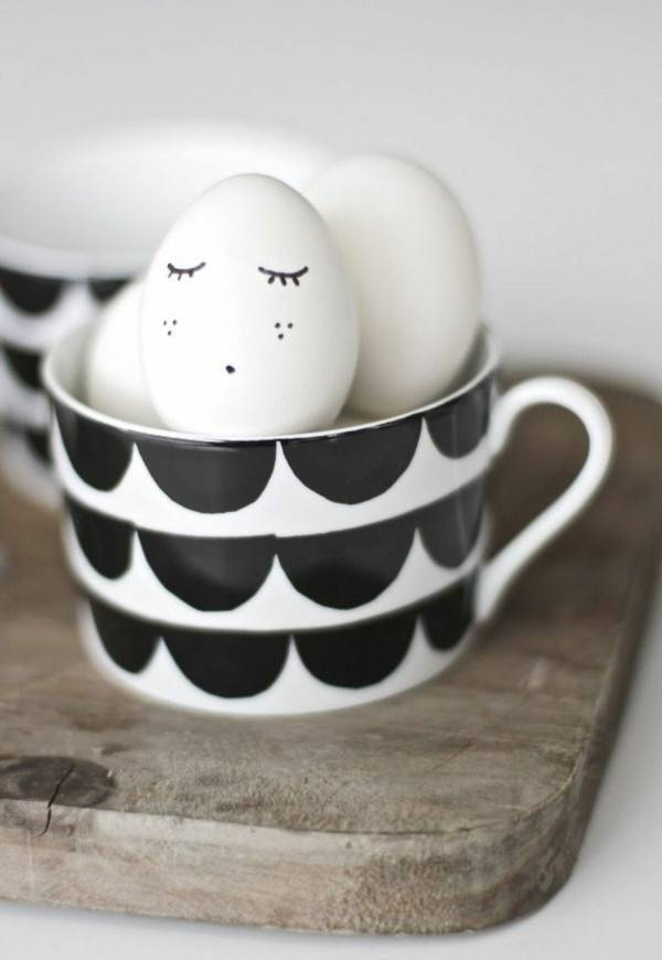 Decorate white eggs for Easter