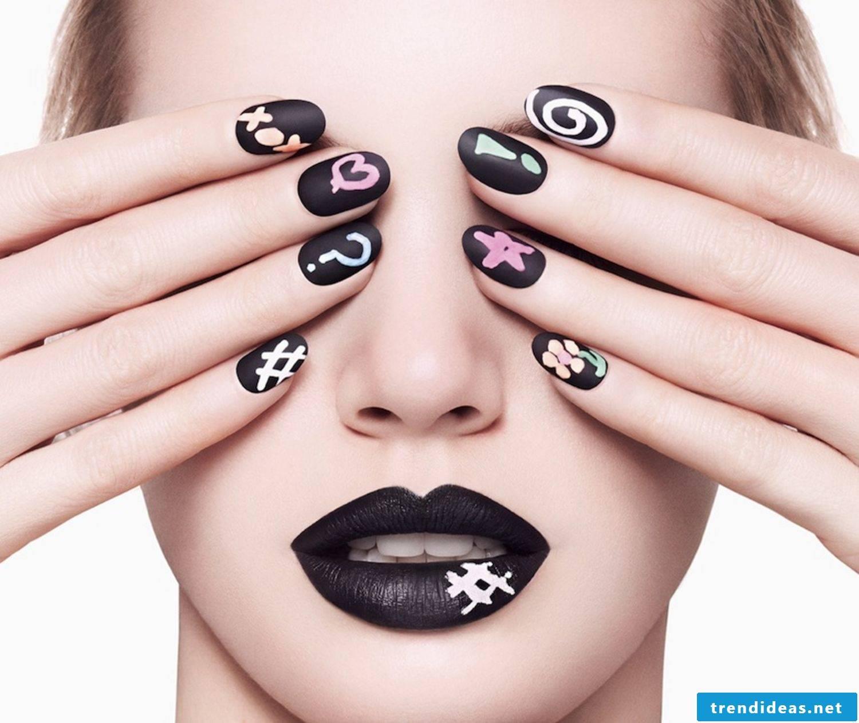 black fingernail motifs