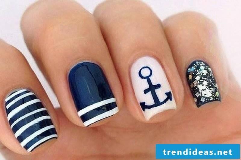 Fingernail motifs maritime
