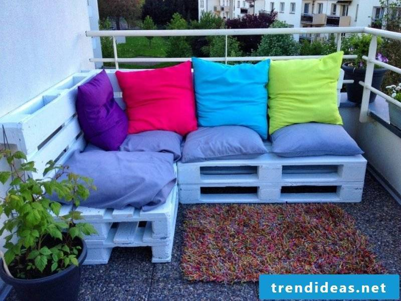 Euro pallet sofa: dye the pallets