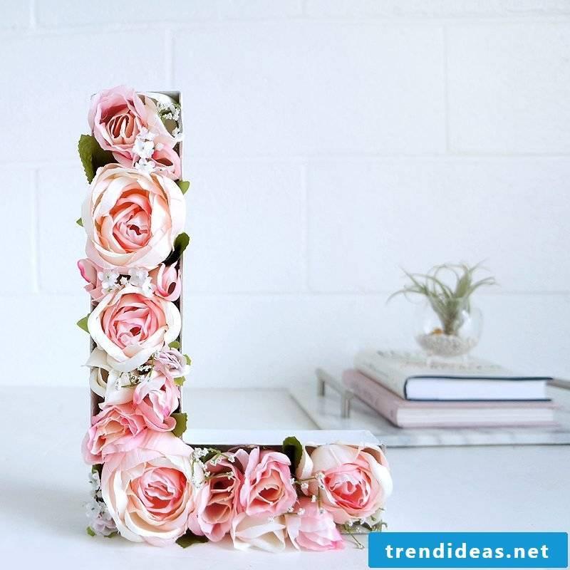 DIY monogram: make flowers letters yourself