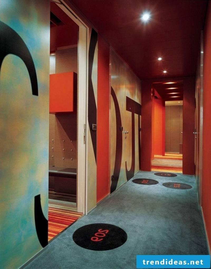 Color design in hallway wall decoration