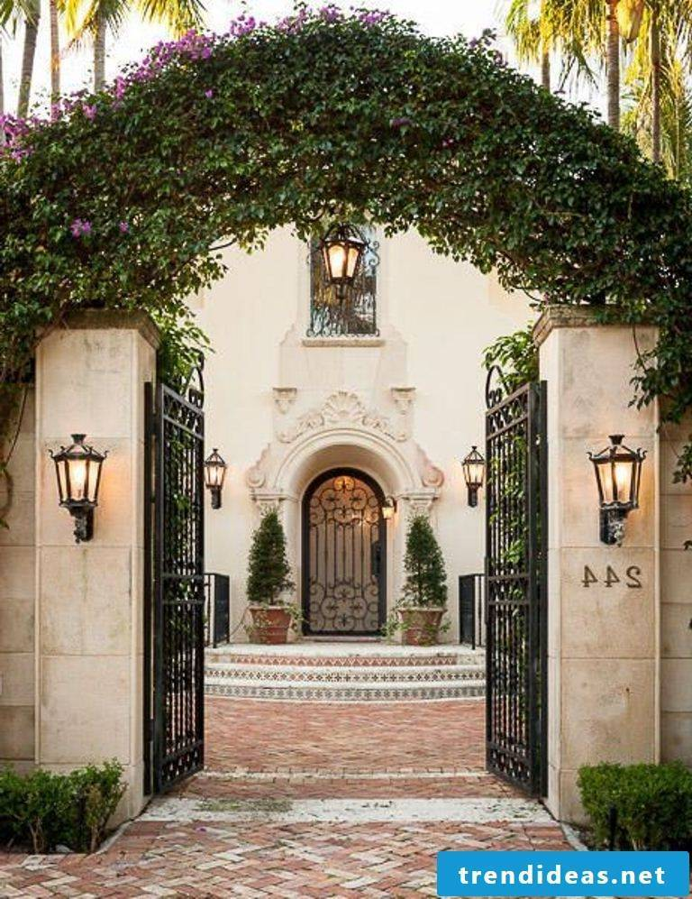 Garden gate build yourself: interesting deco idea with lighting and planting