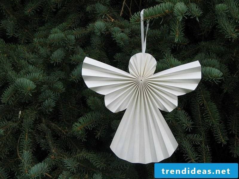 Christmas tree ornaments make little angels out of paper
