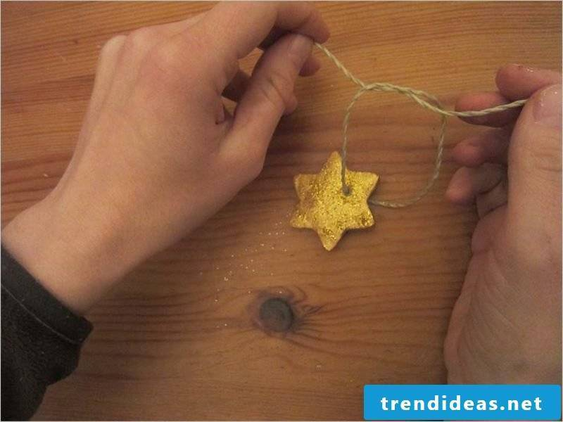 Craft instructions for Christmas Prepare figures from salt dough for hanging