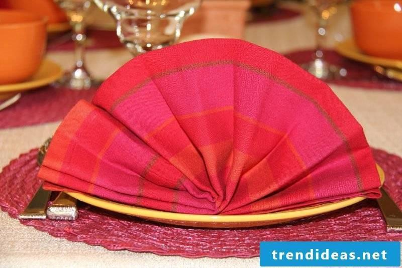 Napkins folding fan in red