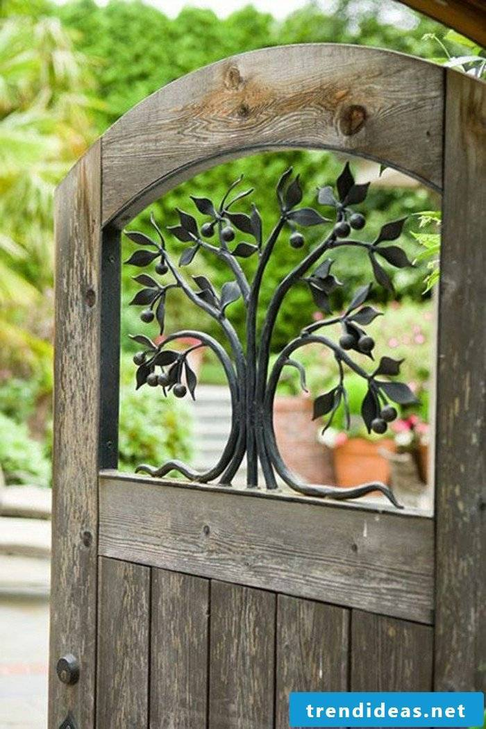 Build garden gate yourself: Combine metal ornaments and wood