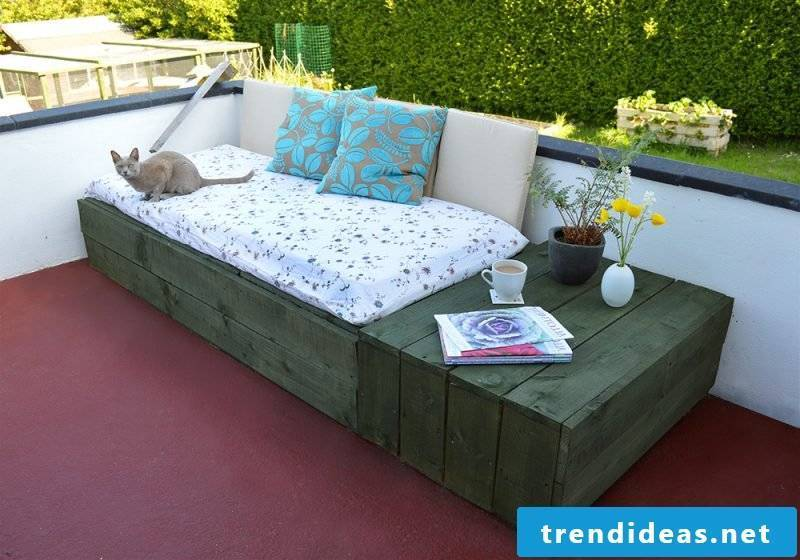 Sofa made of Euro pallets: decoration makes it cozy