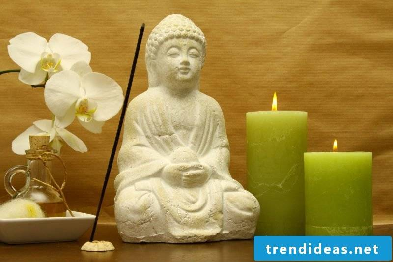 Buddha figures and candles create an atmospheric atmosphere in the meditation room.