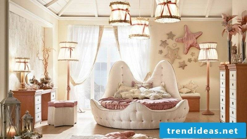 Bedroom maritime style shell bed