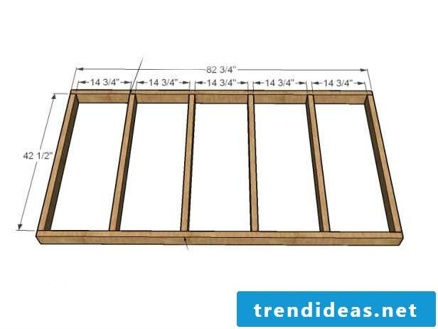 In order for your suspended bed to be stable, you must connect the pallets to a wooden beam substructure