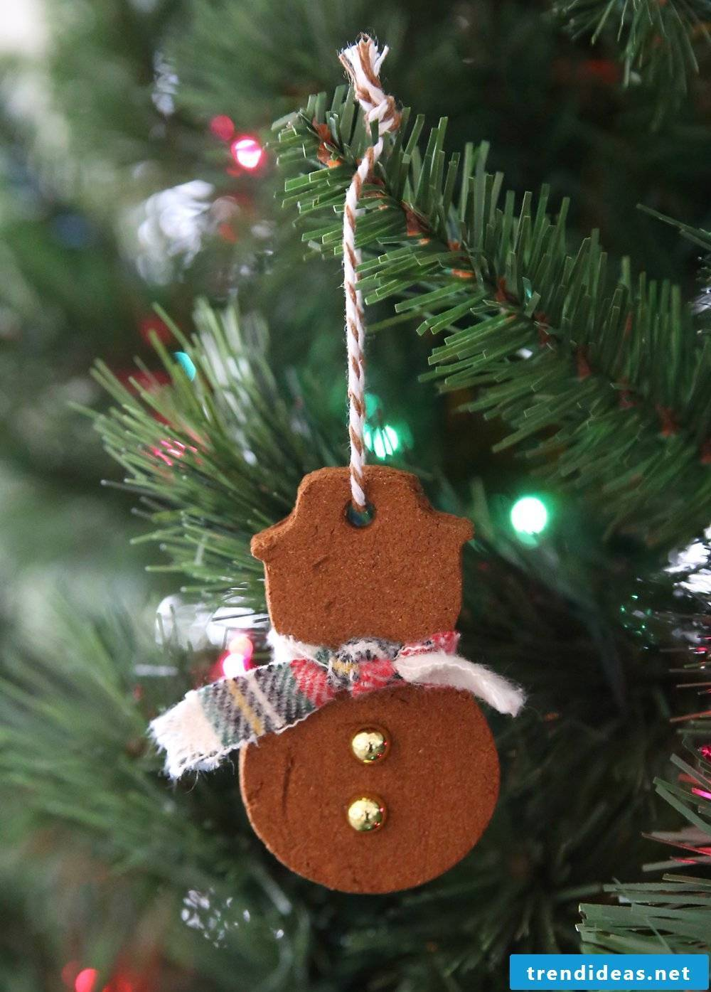 Make Christmas tree decorations with children