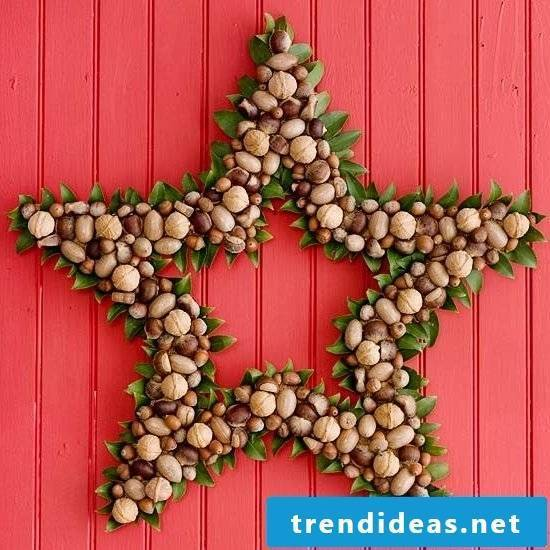 Totally creative - Christmas door wreath star-shaped decorated with nuts