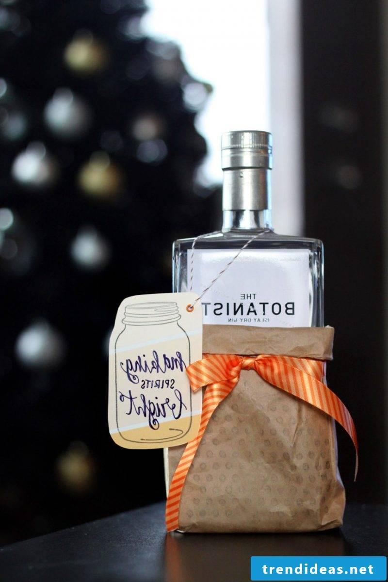Nicholas gift for friend Christmas liqueur wrapping DIY idea