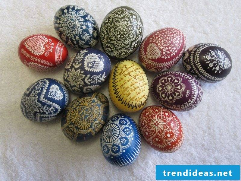 to color eggs differently