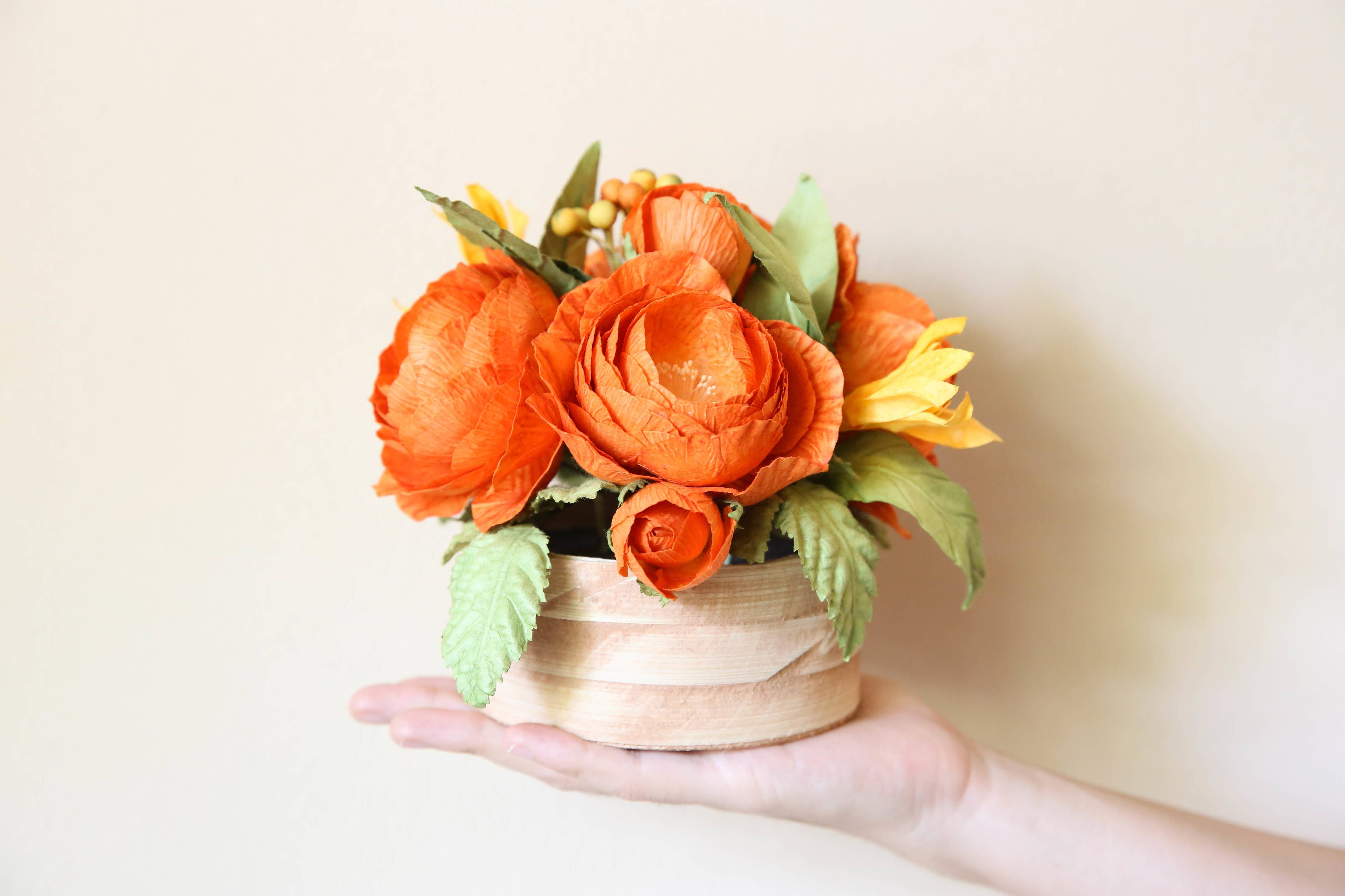 Crafting instructions for the wedding: flowers made of crepe paper