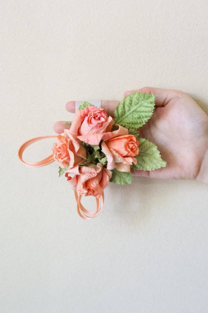 Simple crafting instructions for brilliant ribbons made of crepe paper flowers