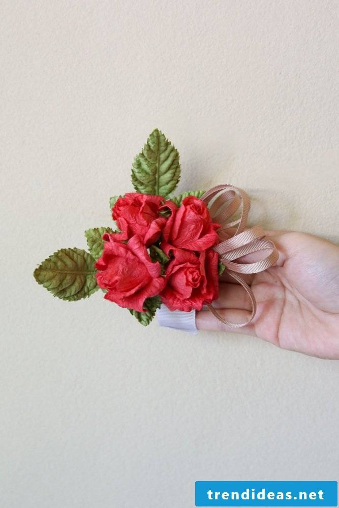 Simple crafting instructions for brilliant ribbons made of crepe paper flowers in different colors