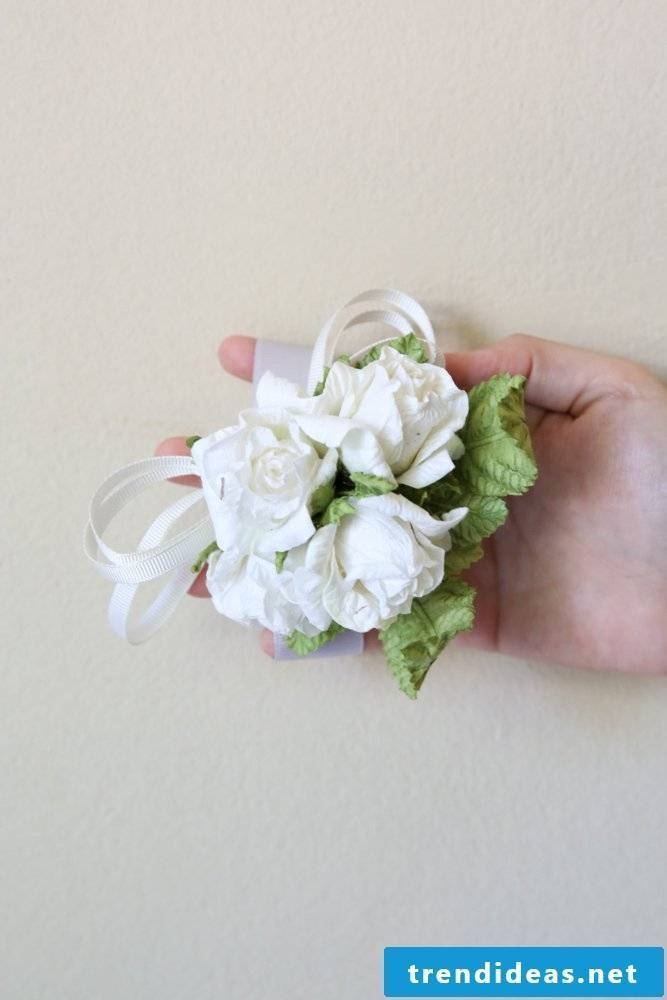 Simple crafting instructions for brilliant ribbons of flowers made of crepe paper for the prom