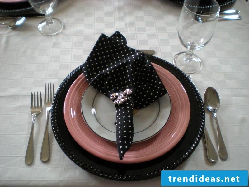 Decorate the table with napkin shapes.