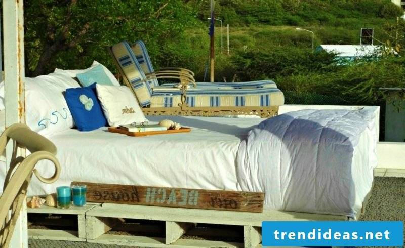 Euro pallets bed under the sky creative DIY ideas