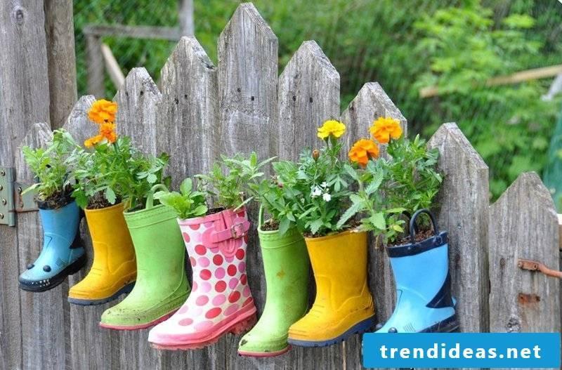 Rubber shoes as flowerpots in the garden