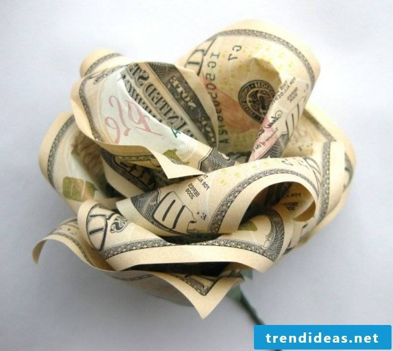 Fold banknote to the flower