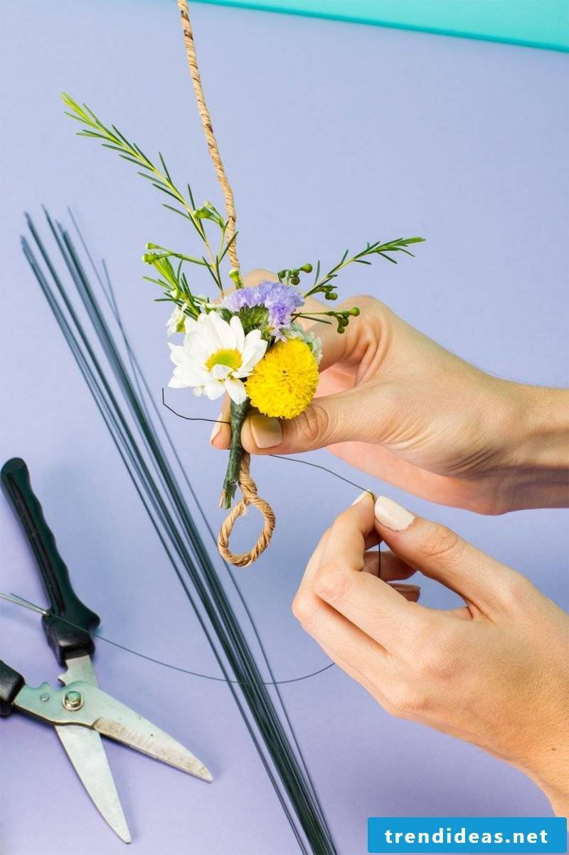 Attach bouquets to the wire ring