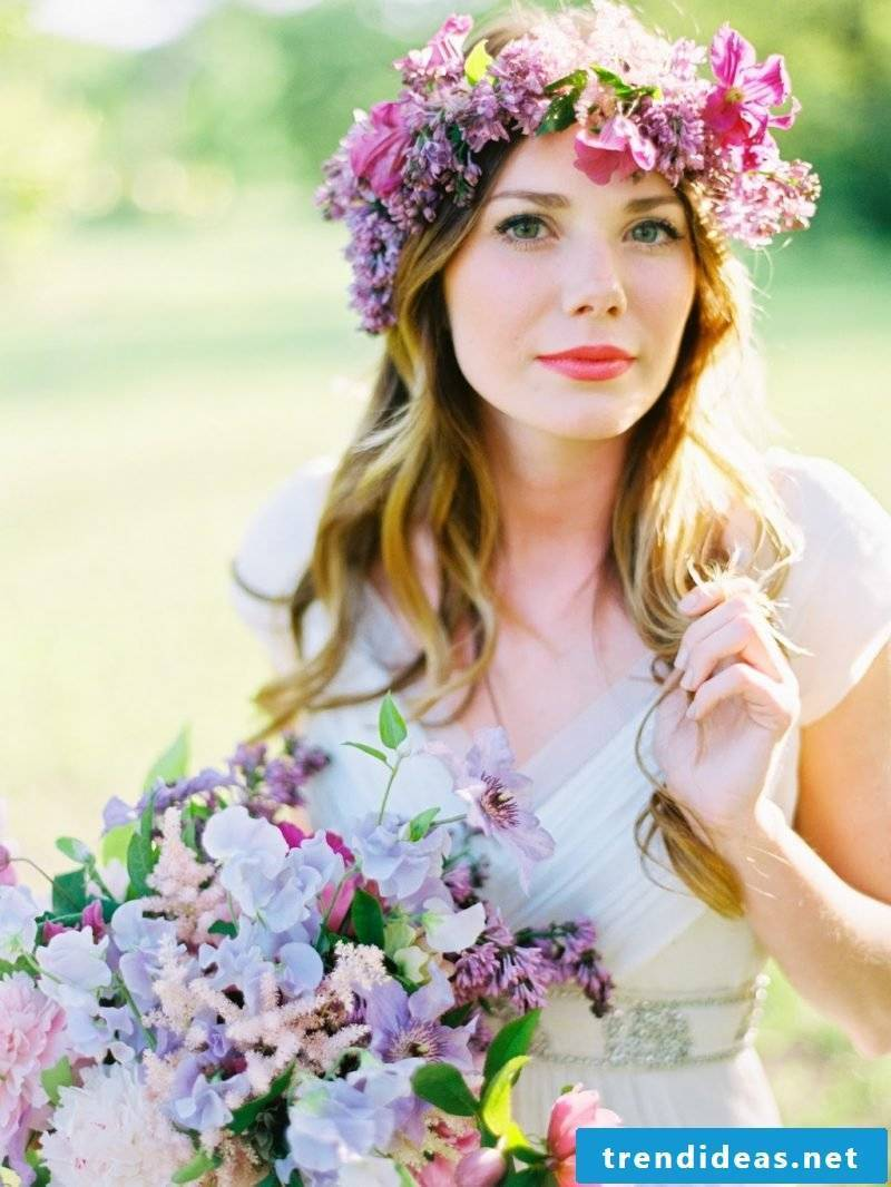 Flower wreath itself make from which flowers - gerbera, rose, garden flowers or artificial flowers?