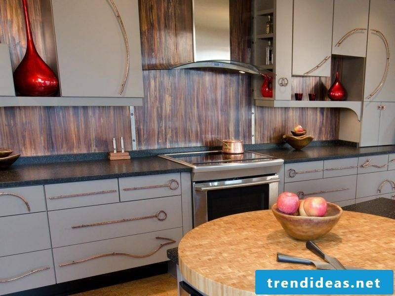 foil cake wall in wood look gives the rustic kitchen an authentic look