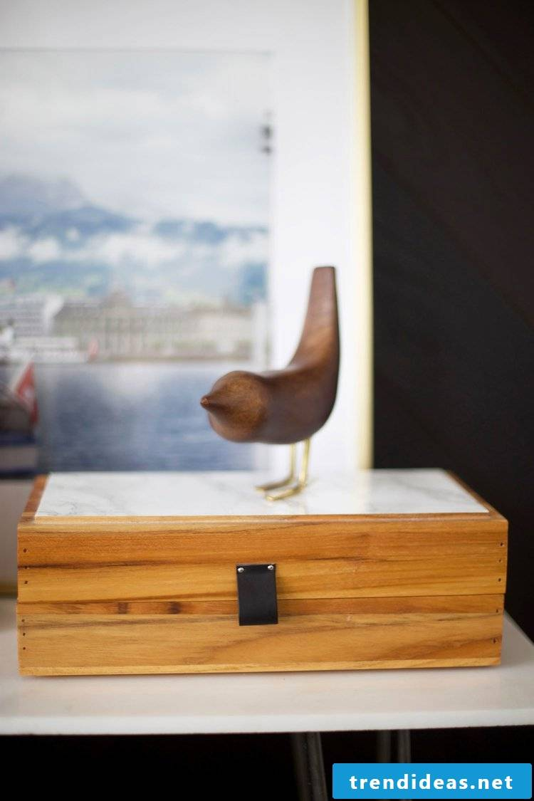 The wooden accessories make the atmosphere even more cozy.  Read about great DIY home ideas