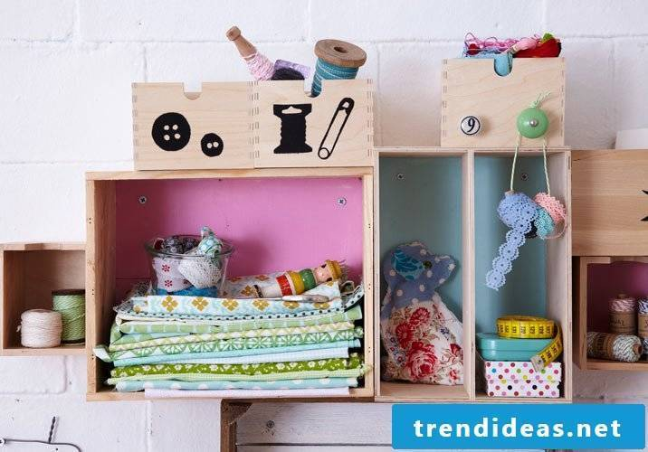 Do you want to make this shelf yourself in Shabby Look?  Read our detailed instructions!