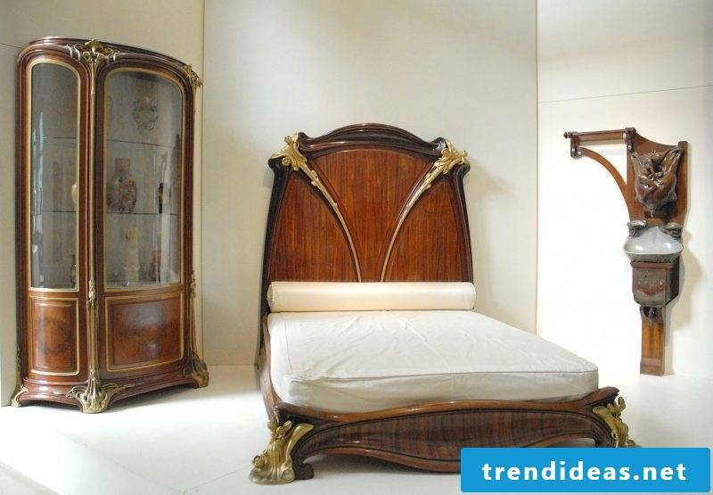 Bedroom wooden Art Nouveau features