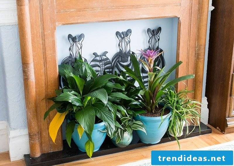 DIY decoration in the living room: replace fireplace with fresh flowers