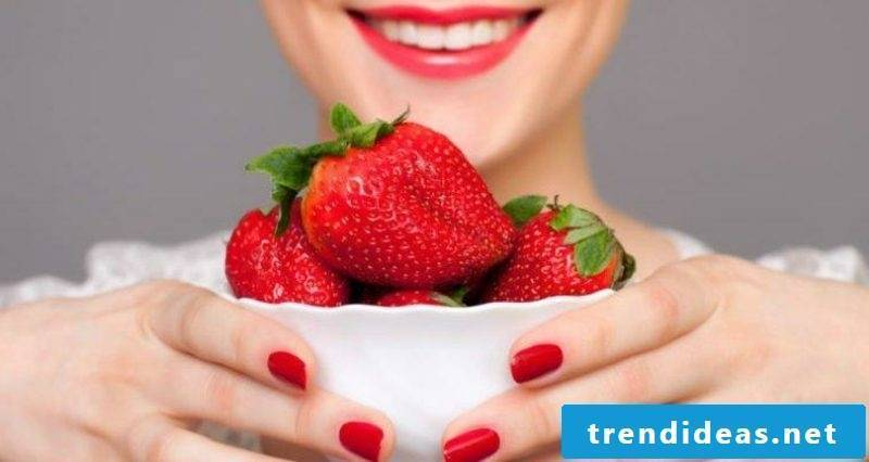 Refreshing face mask make recipe with strawberries