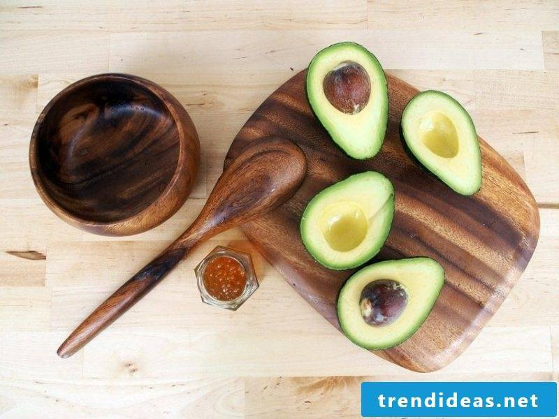 Mask yourself make recipe with avocado against dry skin