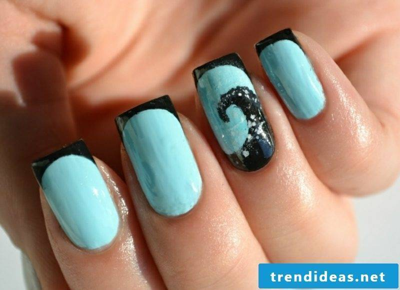 French Nails themselves make elegant design in blue and black