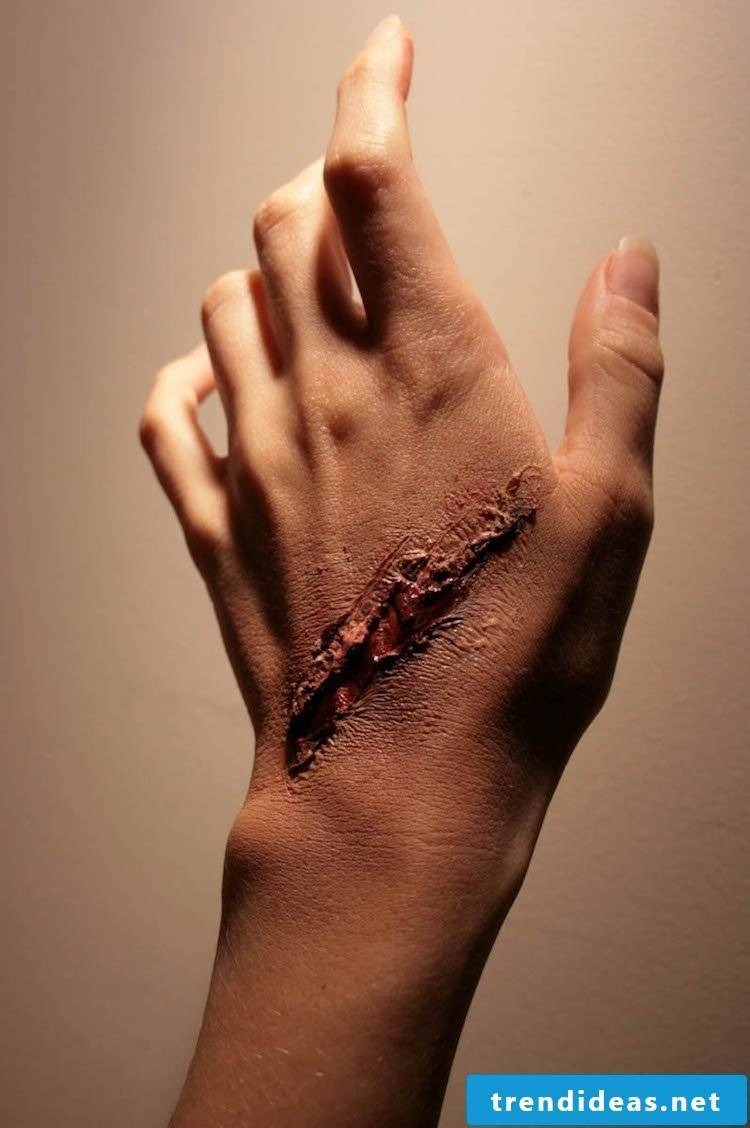 Make-up tips make false wounds yourself