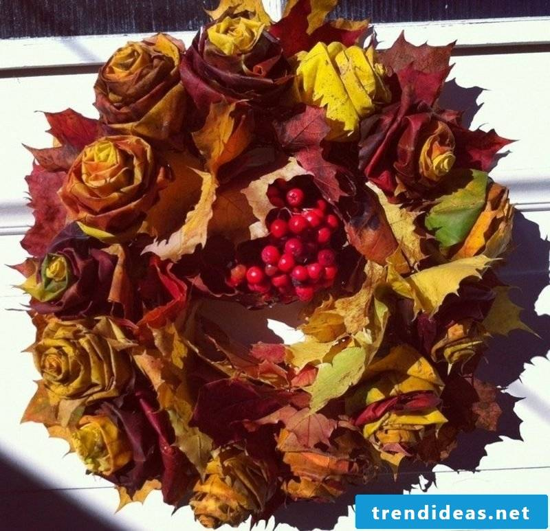 Herbstdeko wreath itself make roses from autumn leaves