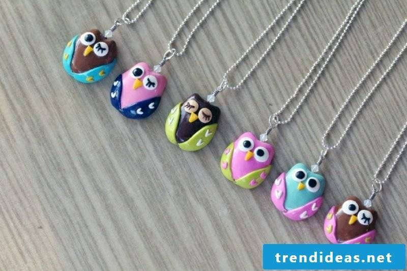 Jewelry make chains out of modeling clay