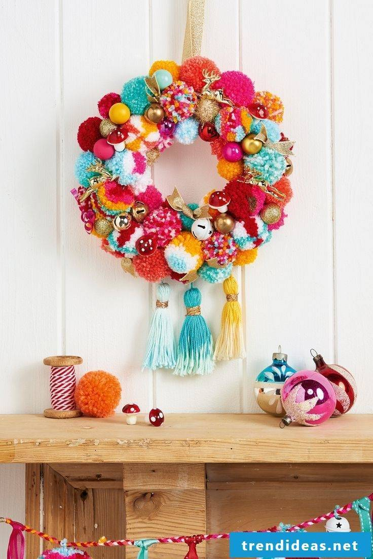 Make Christmas decoration from Pompoms itself