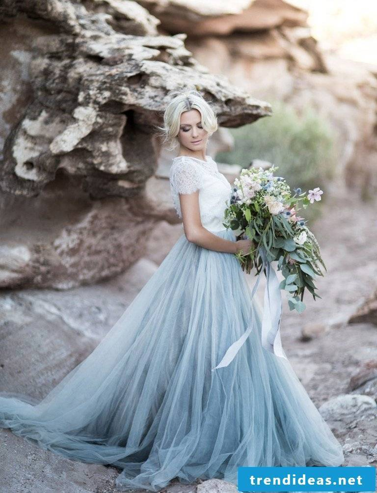 Combine the colors of the bridal bouquet with the colors of the wedding dress