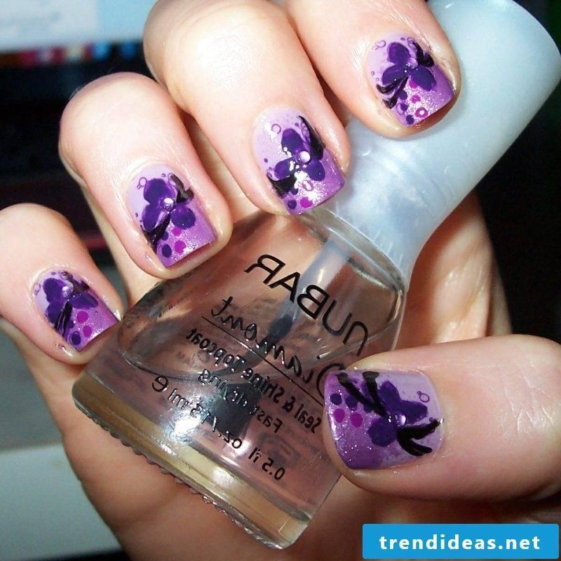 Fingernails flowers in violet