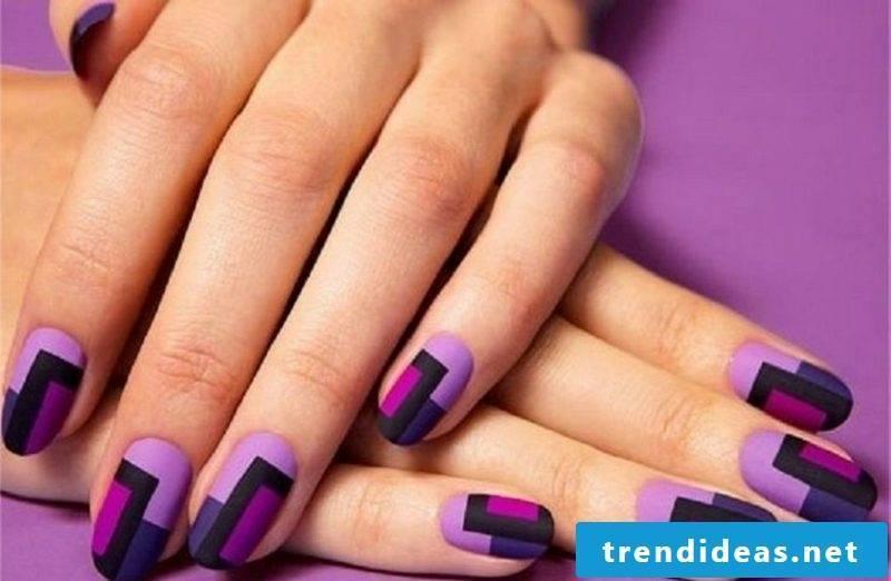Fingernails in purple geometric motifs