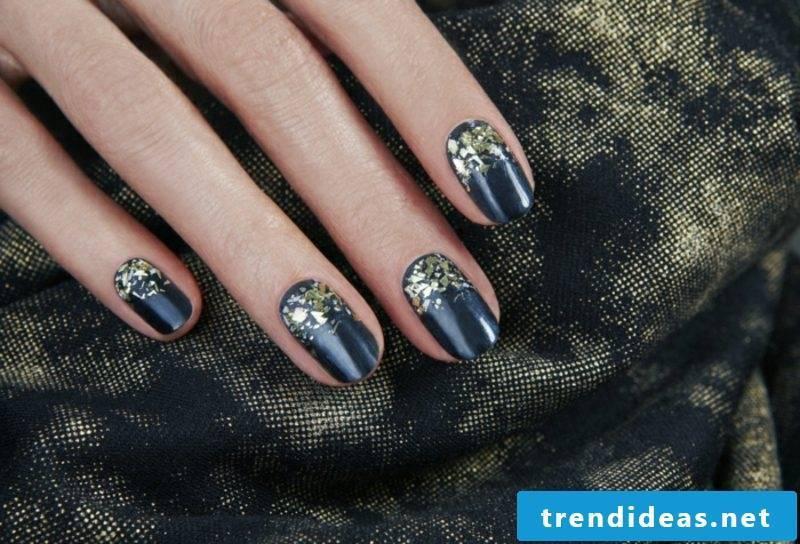 Fingernails in deep blue nail design winter 2016