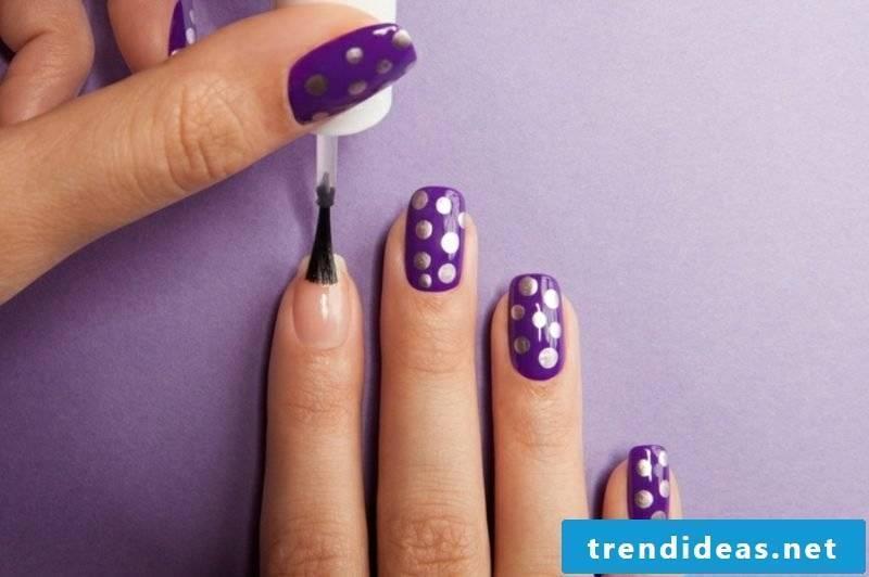 Fingernails in dark purple silver dots