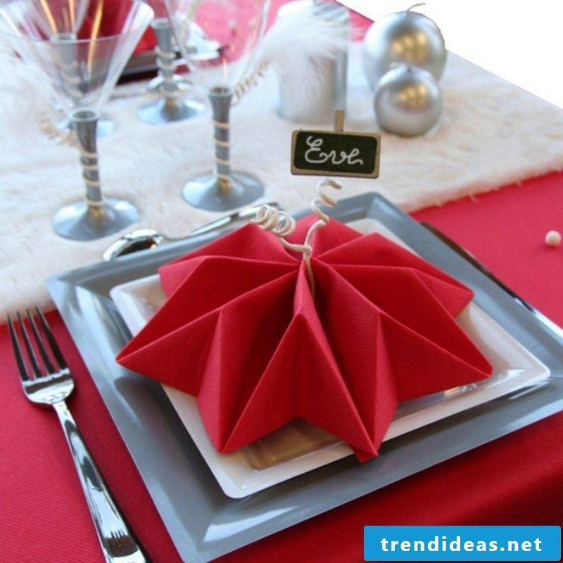 attractive red star as table decoration Napkins are folding at Christmas