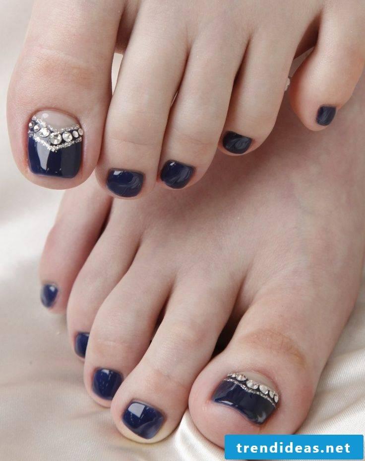 Paint toenails