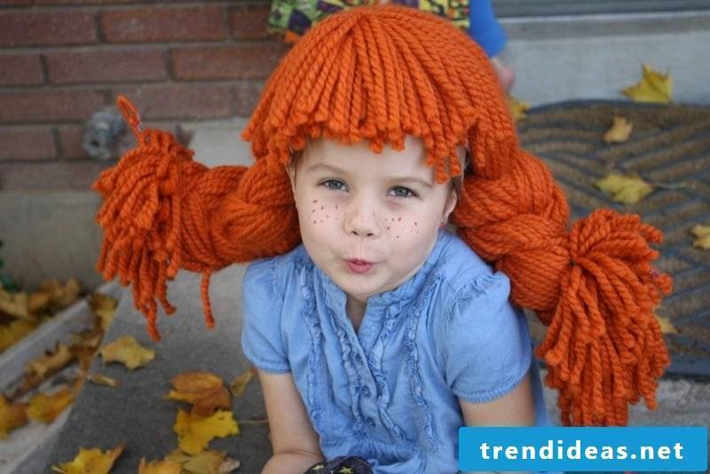Make Pippi Longstocking costume for carnival - sew apron and make wig from wool